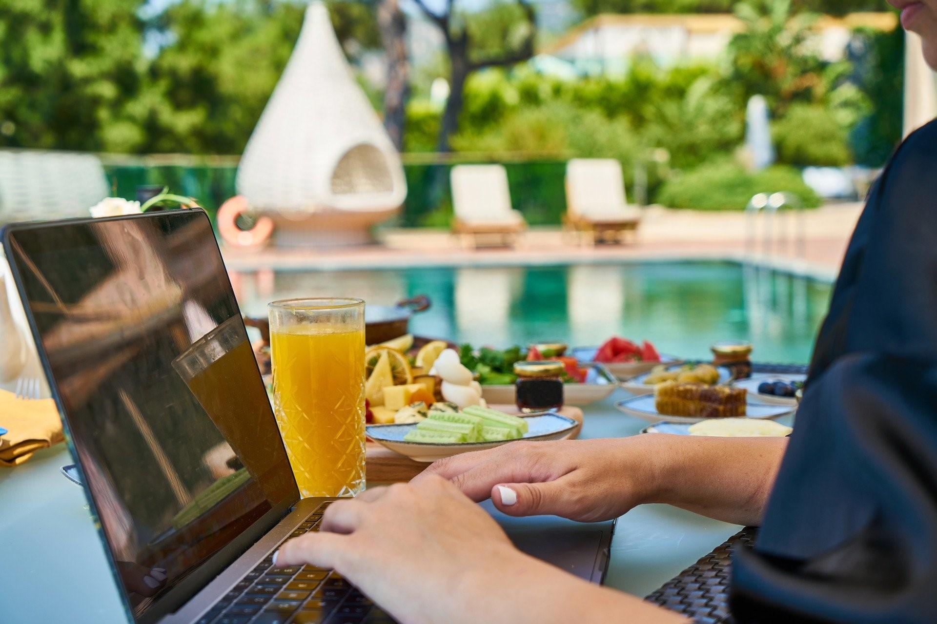 vivre d'internet a de nombreux avantages : mobilités, horaires libres.