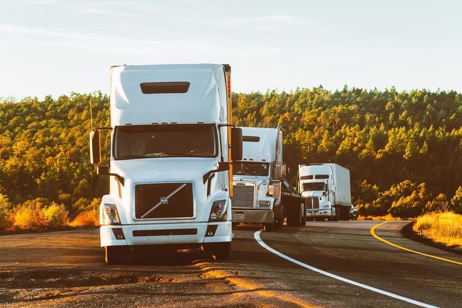 Caminhões em uma estrada.
