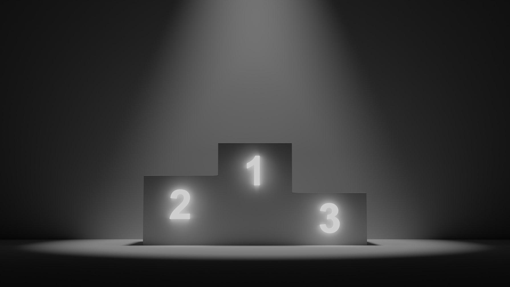 Foto de um pódio iluminado sob luz de holofote