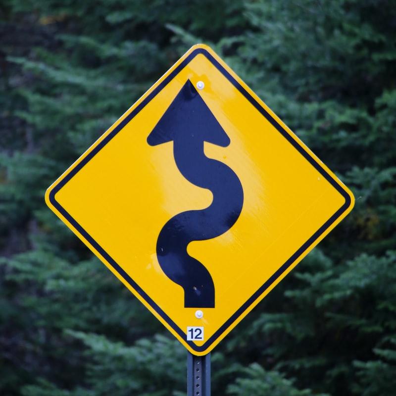 Placa de trânsito indicando curva