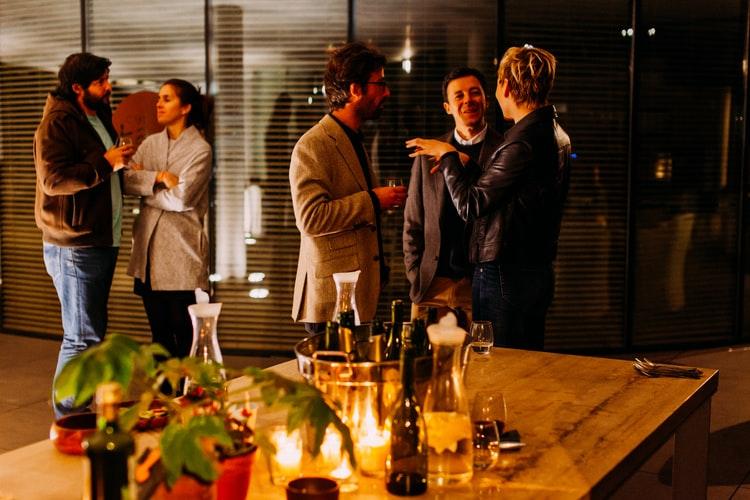 Grupo de pessoas conversando em um evento